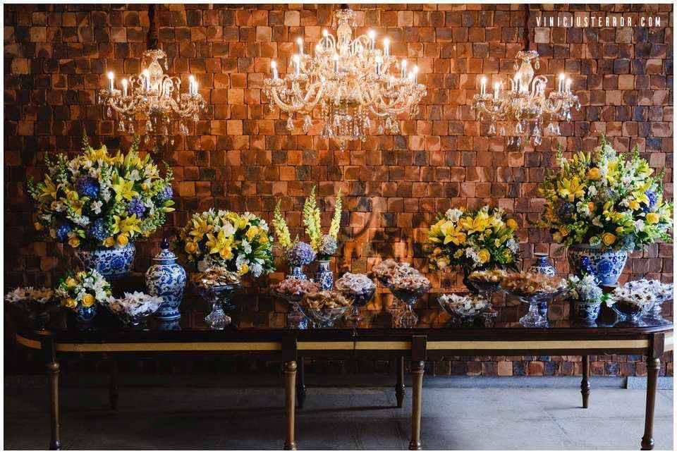 mesa-de-bolo-com-arranjos-amarelo-e-azul