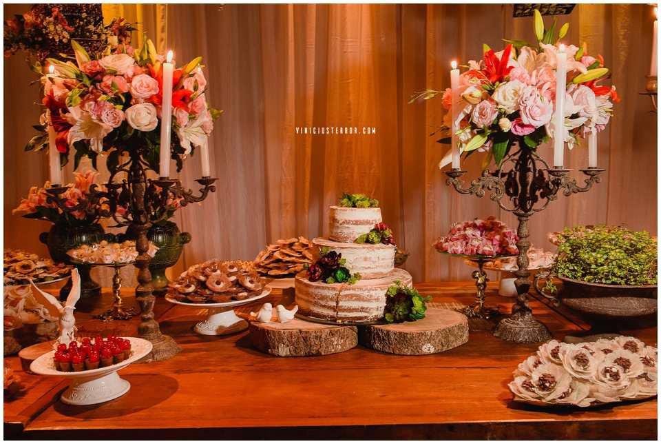 mesa de bolo de casamento com velas e candelabros estilo rustico