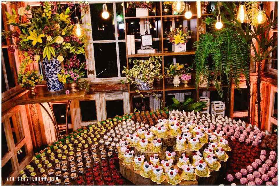 mesa-de-bolo-desconstruida-com-cupcakes-no-vila-relicario-ouro-preto