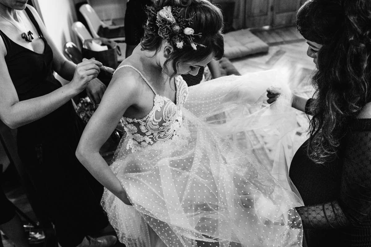 noiva se vestindo fotografia de casamentos em bh
