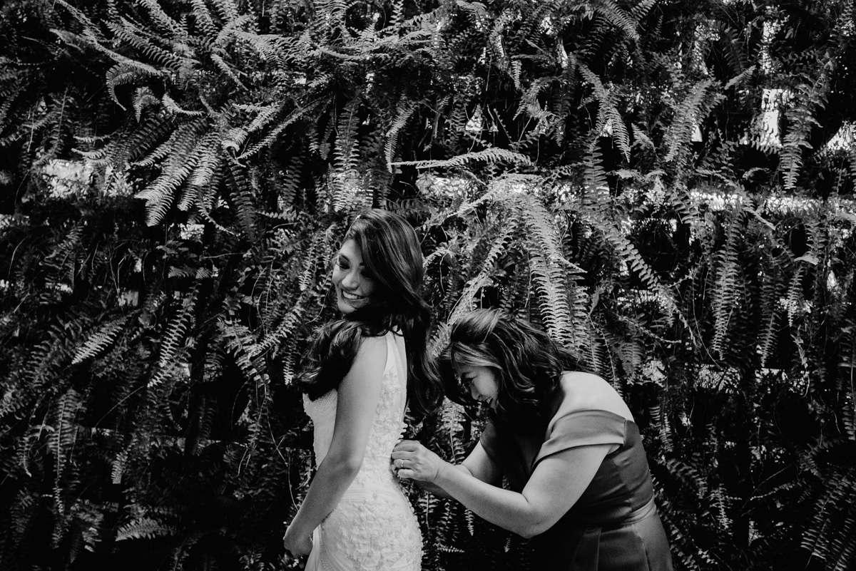 noiva se vestindo, vestido Samuel Cirnansck, fotografia e filmagem de casamento bh