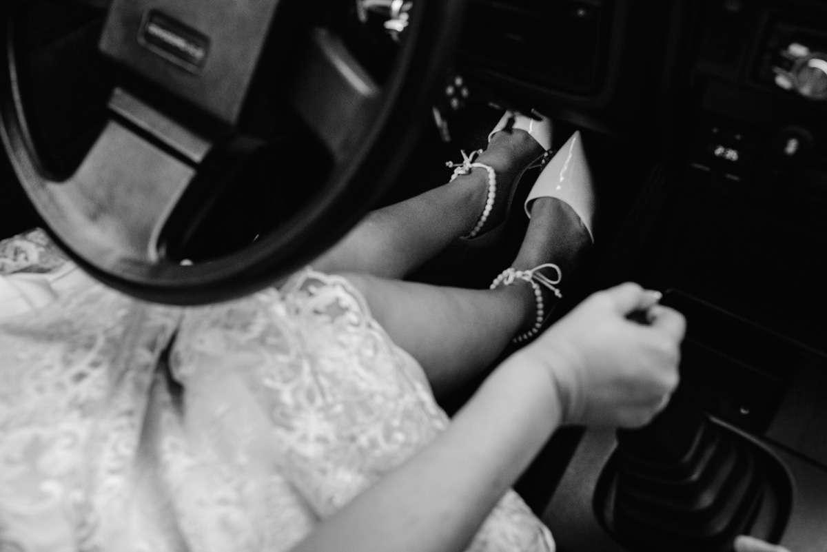 noiva indo de carro antigo pro casamento