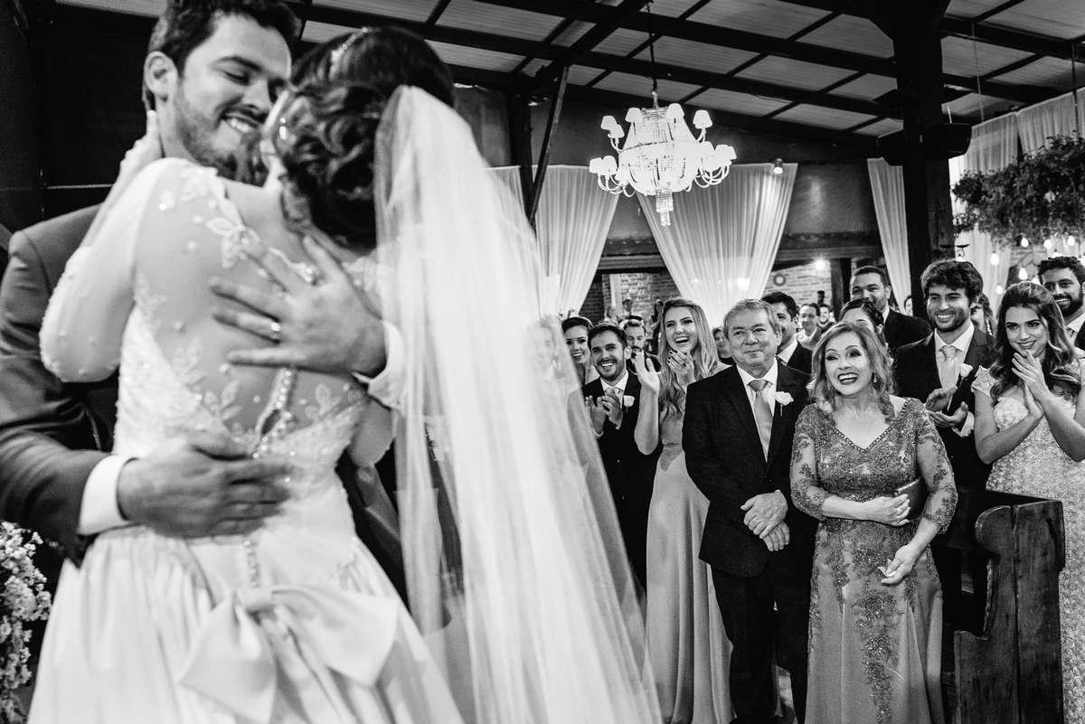 beijo dos noivos em uma cerimonia de casamento em belo horizonte